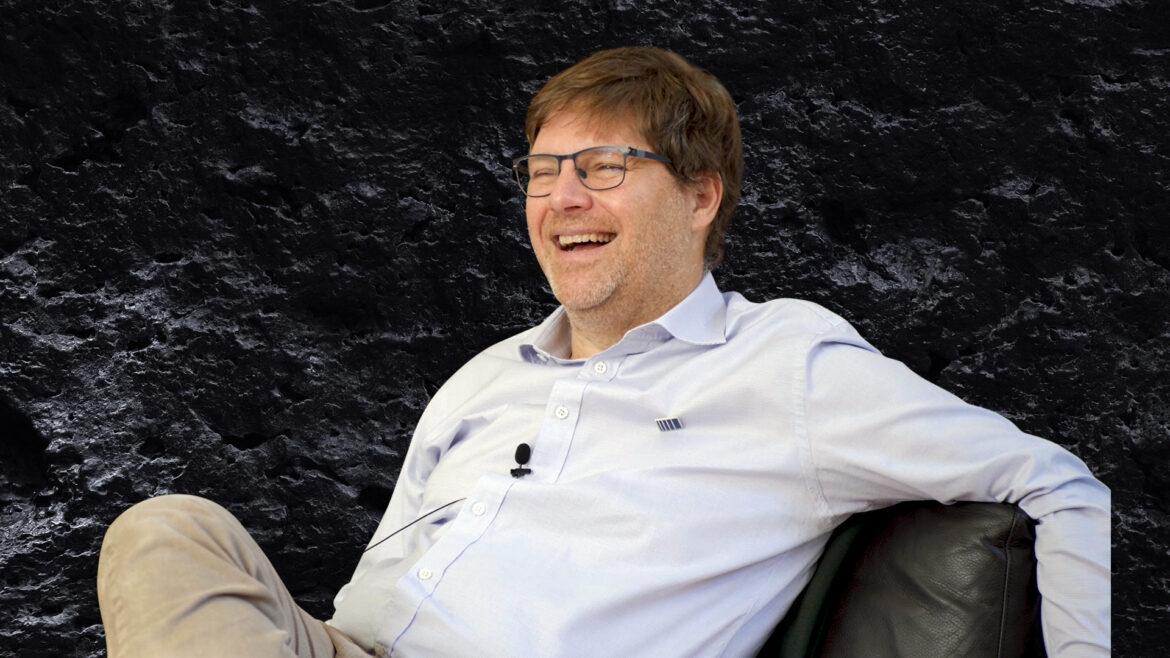 Guy Spier, what has a bar to do with finding investment ideas?